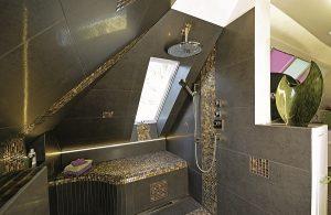 In diesem Bad mit Dachschräge hat sogar die Dusche unter der Schräge Platz gefunden.